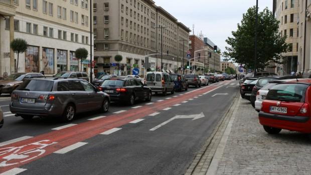 Pas rowerowy na zwężonym odcinku ulicy (Fot. Robert FRW)