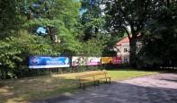 Płachty reklamowe na ogrodzeniu Ogrodu Botanicznego UW (fot, FRW)