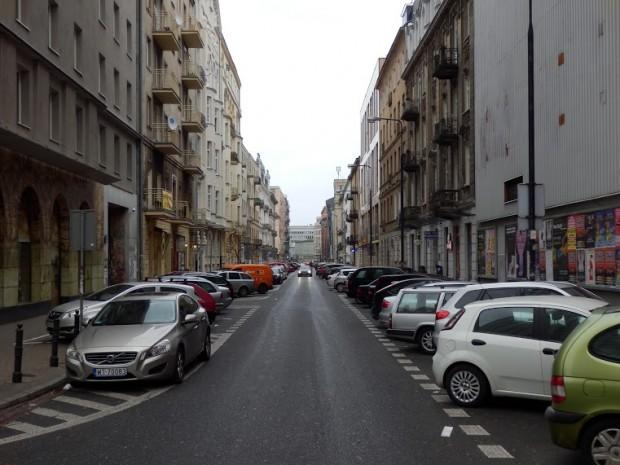 Ul. Nowogrodzka zdominowana przez samochody (fot. FRW)