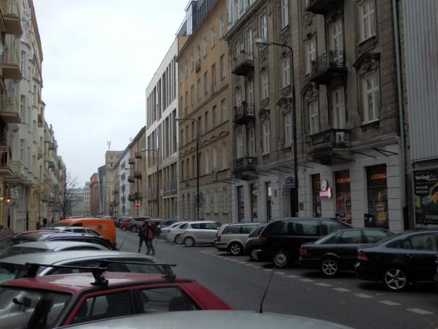 Parkujące samochody nie pozostawiają przestrzeni dla pieszych (fot. FRW)